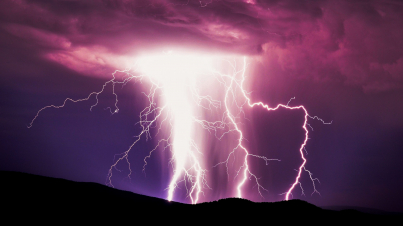 branched-lightning-over-the-hill_t20_Zz36Rg